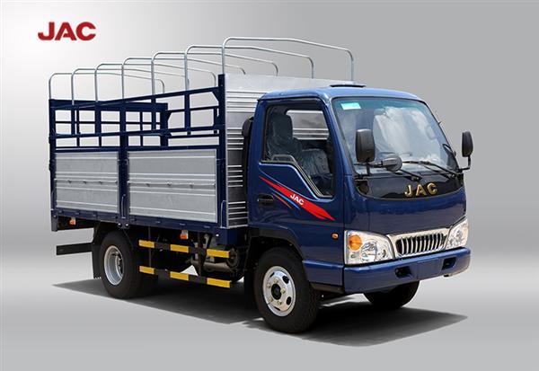 Xe tải đi vào thành phố ban ngày jac 2t4